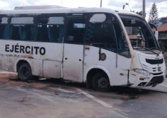 10 militares a bordo de un autobús se accidentaron  en la curva El Cheque entre San Martin y Guamal