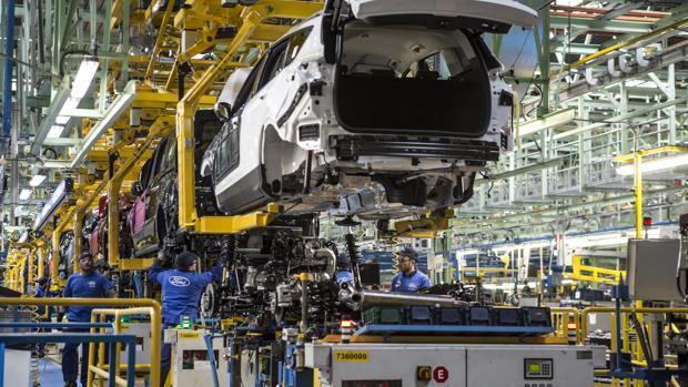 La producción industrial china crece un 3,9 %, la primera subida de 2020