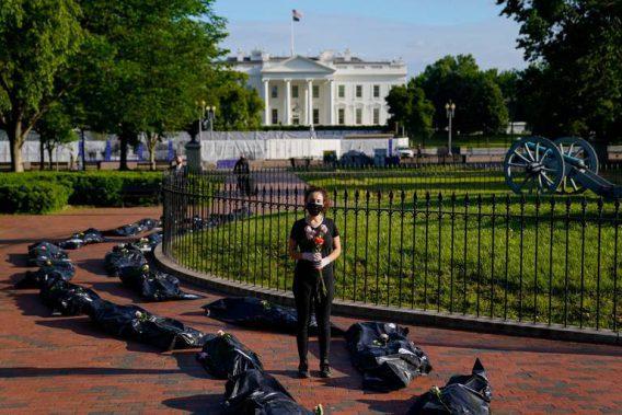 Decenas de vehículos en un cortejo fúnebre a la Casa Blanca por COVID-19
