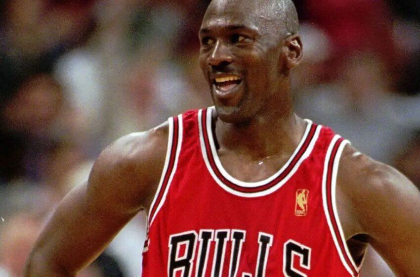 Pagan millonaria suma por tenis usados por Michael Jordan en los años 80