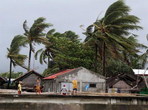 Tifón Vongfong arrasa islas del centro de Filipinas al tocar tierra 6 veces