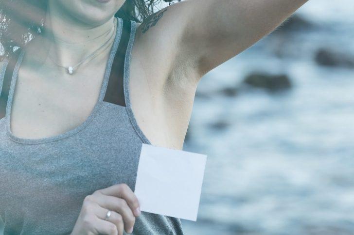 ¿Por qué huelen mal las axilas y cómo evitarlo?
