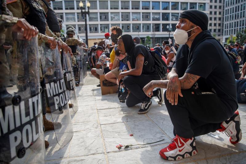 Miles de personas protestan en centro de Washington mientras los militares sacan músculo