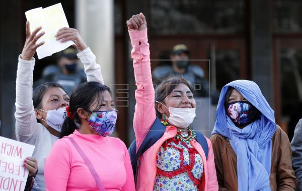 Protesta ante principal unidad militar de Bogotá por violación niña indígena