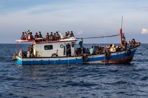 Indonesia rescata a cerca de un centenar de rohinyás en un barco a la deriva