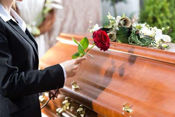 Gurú tántrico que decía curar el COVID-19 con sus besos se contagió y murió