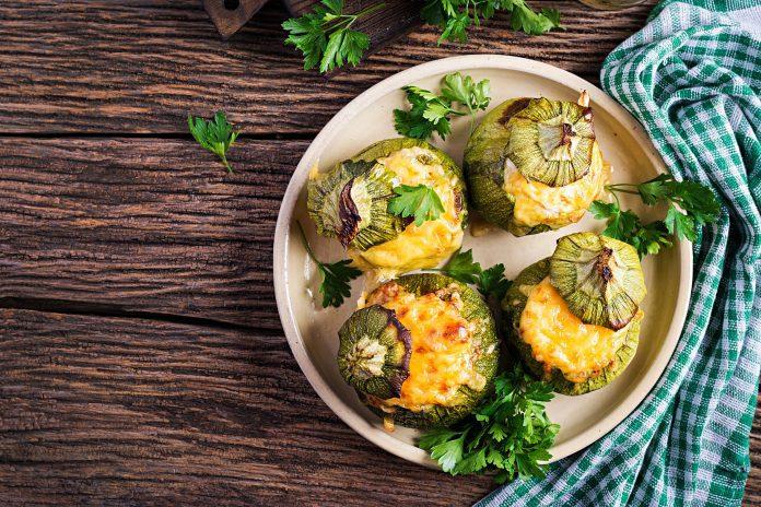 Un buen almuerzo: Calabacines rellenos de pollo y pimientos