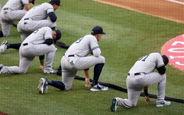 Colombiano Urshela también se arrodilló contra el racismo en juego inaugural del béisbol