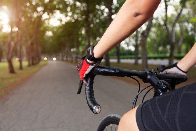 Un policía es acusado de maltratar y humillar a una mujer ciclista