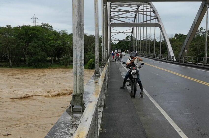 Río Ariari a cuatro metros de derribar el puente El Alcaraván en Granada