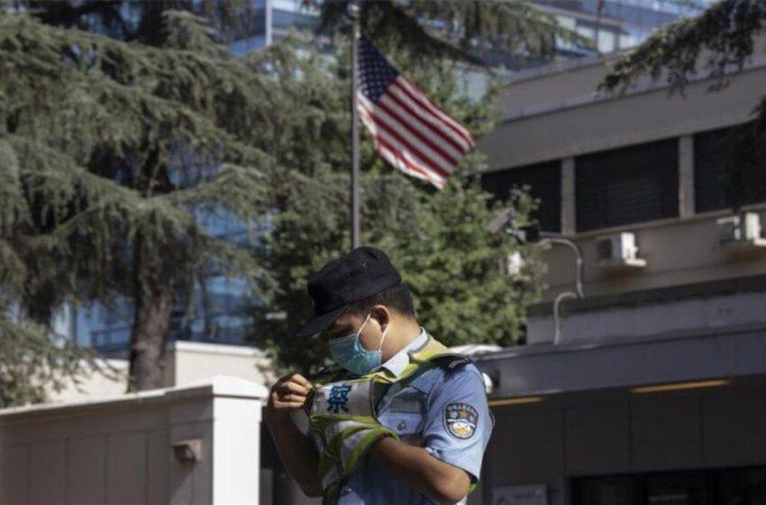 El consulado de EEUU en la ciudad china de Chengdu arría la bandera americana