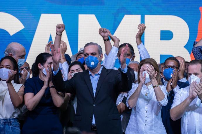 El opositor Abinader gana en primera vuelta las elecciones dominicanas