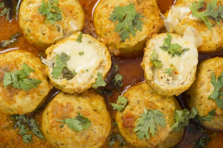 Albóndigas de pollo en salsa de tomate y albahaca