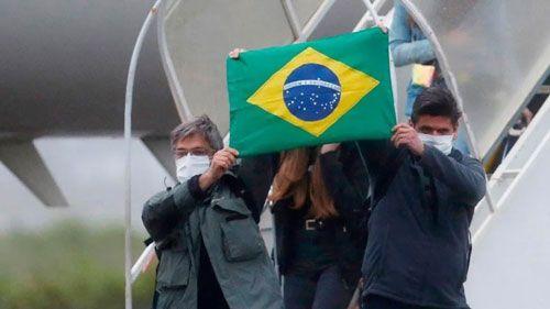 Brasil registra más de 52.000 nuevos casos y casi 1.300 muertes en 24 horas