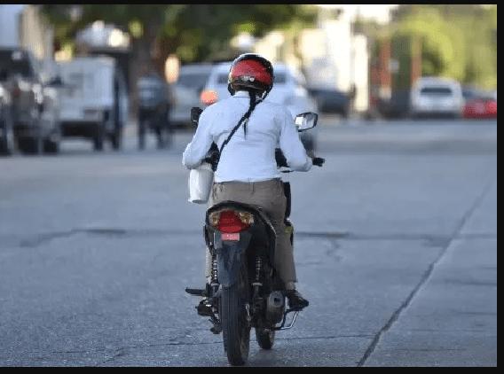 Ladrones continúan tumbando de la moto a mujeres para robarlas