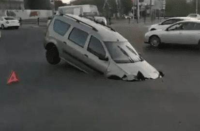 [Video] Cráter se abrió en medio de autopista y se 'tragó' carro sin pasajeros