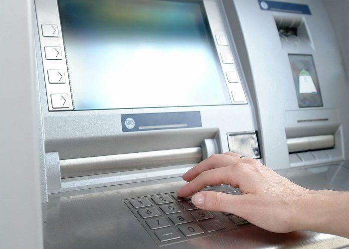 Con adhesivo alteran cajeros automáticos para  robar a los usuarios