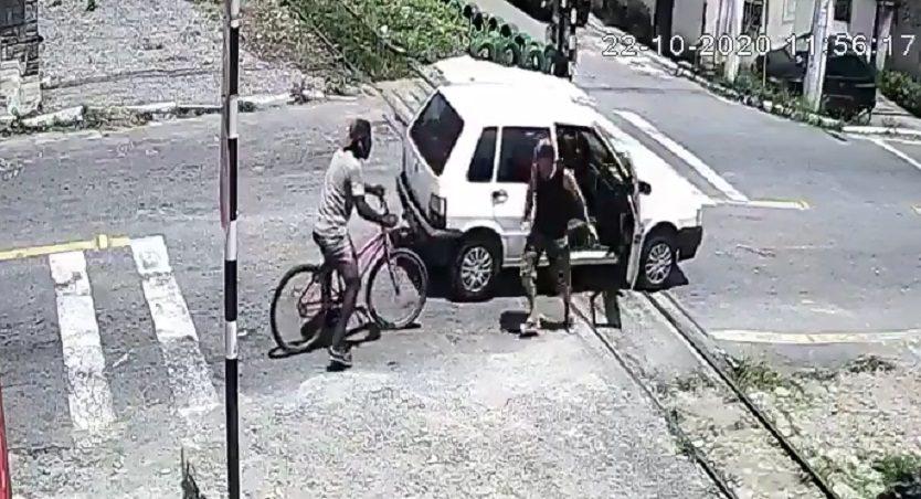 Video: Carro se varó en plena vía férrea y tren lo arrolló