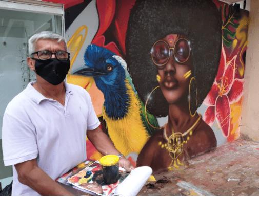 Grafitero de 63 años pinta mural en el centro de la ciudad, con apoyo de tallerista de Corcumvi