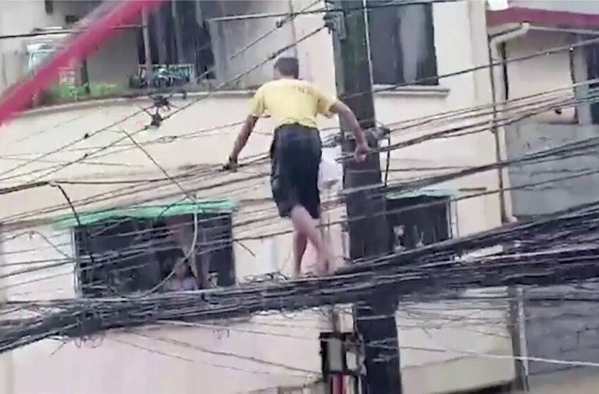 [Video] Hombre arriesga su vida y camina por cables de alta tensión para conseguir comida