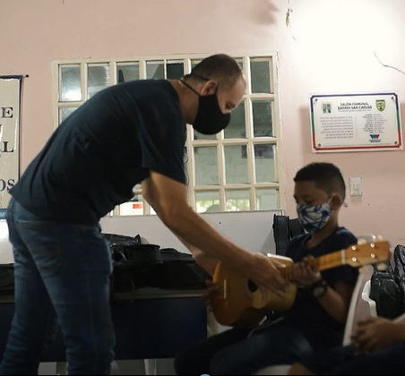 Corcumvi entrega 15 instrumentos para el aprendizaje del cuatro llanero