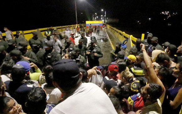 Venezolanos en Colombia intentan pasar a la fuerza la fronter