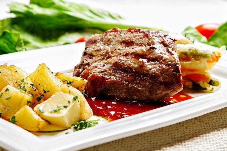 ¡Come delicioso! Prepara este lomo con papas al perejil