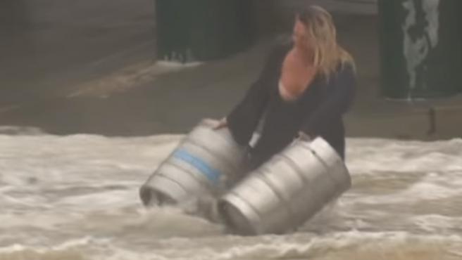 Mujer se lanzó de cabeza a una inundación para rescatar barriles de cerveza