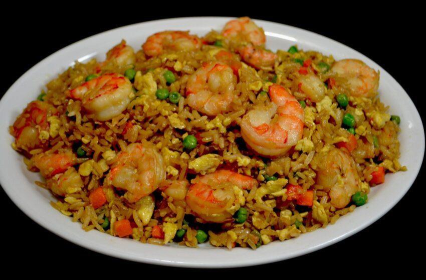 Una delicia de arroz al estilo chino con camarones