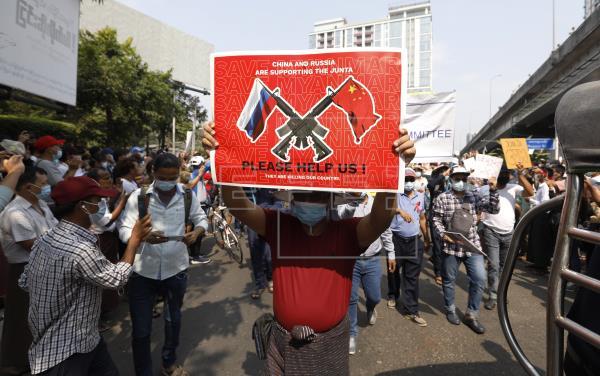 Muere la joven birmana herida de un disparo en la cabeza durante protestas