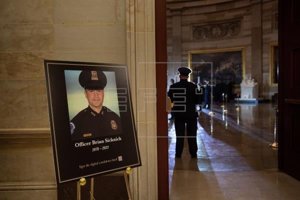 Instalan capilla ardiente de policía muerto en el asalto al Capitolio de EEUU