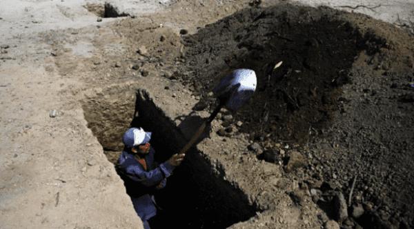 Empleado de cementerio falleció ahogado por tierra de tumba que él mismo cavó