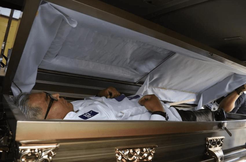 Político se metió en un ataúd y se hizo el muerto como acto de campaña