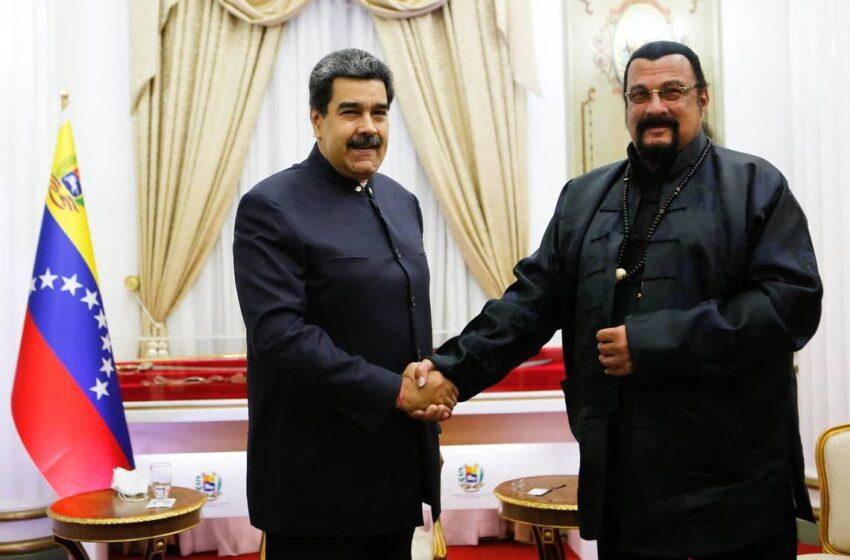 Steven Seagal le regaló espada a Nicolás Maduro y lo hizo creerse samurái