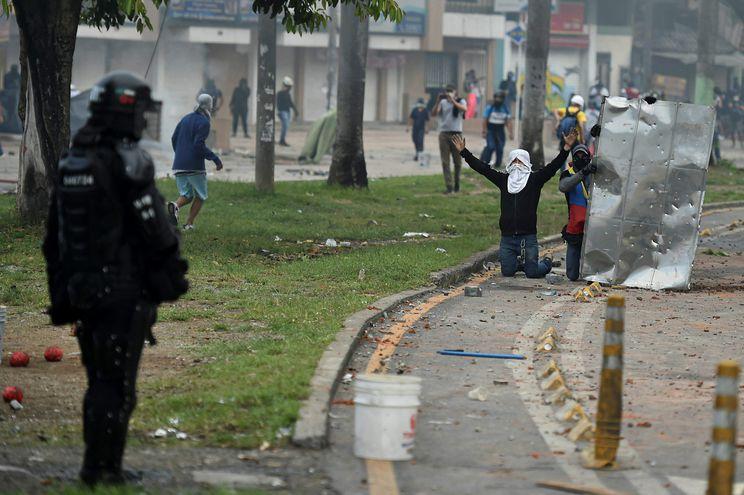 Renuncia de ministro no aplaca protestas que ya dejan 19 muertos en Colombia
