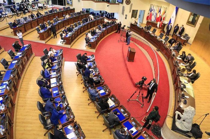 El Congreso salvadoreño aprueba una ley que opaca la gestión de la pandemia