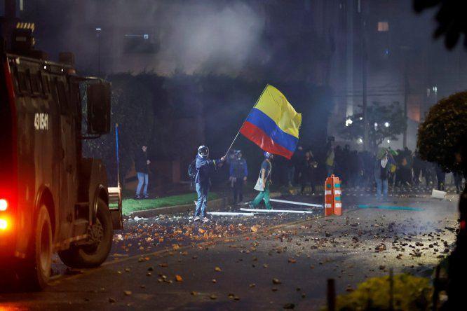 Noche de caos en Bogotá con incendio de puestos policiales con agentes dentro