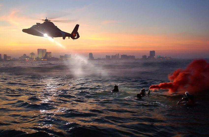 Rescatista se lanza al mar por «mujer que se ahogaba», pero era una muñeca inflable