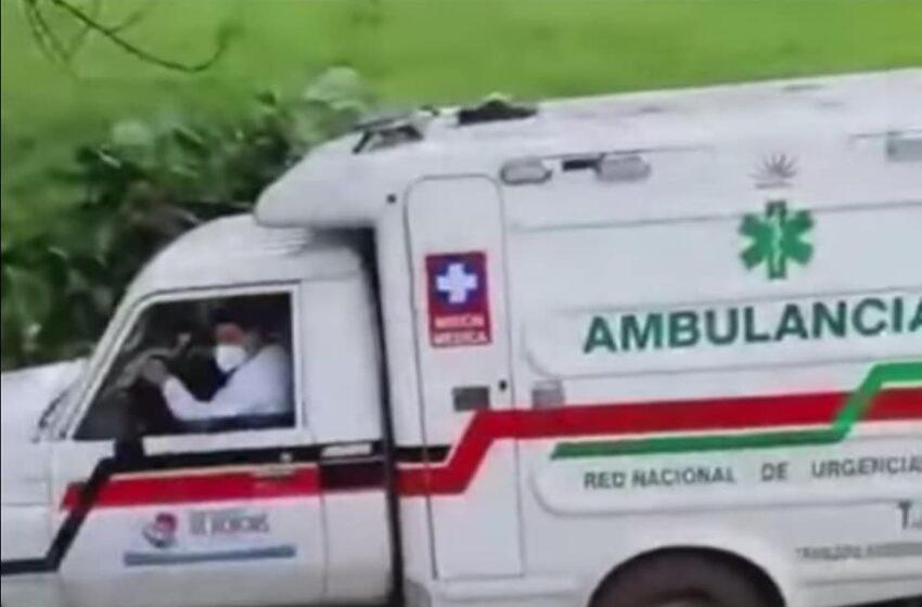 Ambulancia se salió de la vía y terminó siniestrada contra un árbol