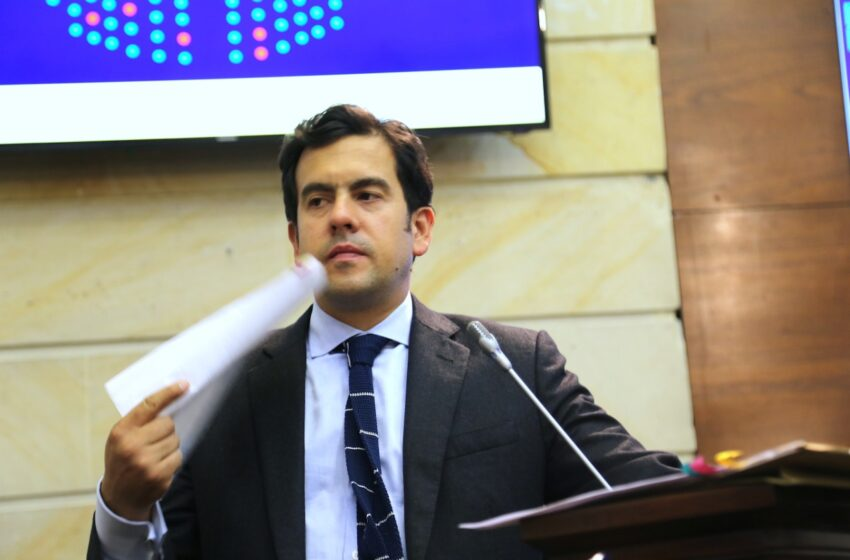 El ICETEX somete a los estudiantes a la esclavitud financiera, afirma el senador Rodrigo Lara