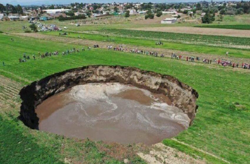El socavón del centro de México supera los 120 metros y engulle a dos perros