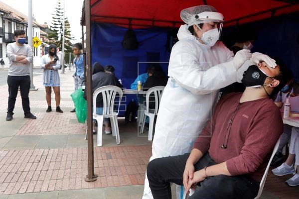 Los casos de covid siguen disminuyendo en Colombia, pero escasean vacunas