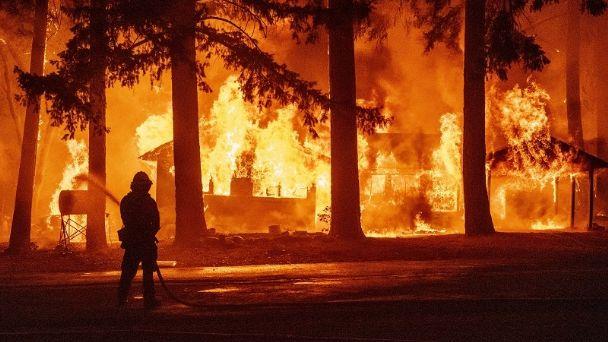 El avance de las llamas en California obliga a evacuar un pueblo entero