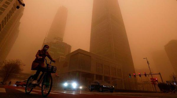 Tormenta de arena de 100 metros de altura cubre ciudad china y la deja a oscuras