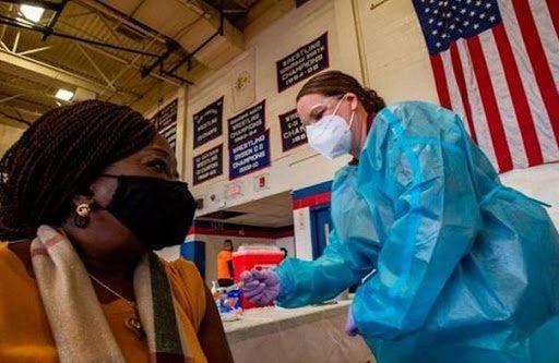 EE.UU. llega con retraso a la meta de vacunación de Biden, ahora insuficiente