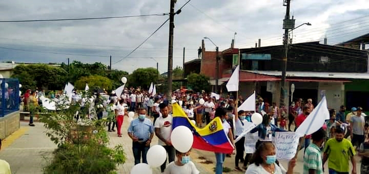 Araucanos claman por la paz y realizan multitudinaria manifestación repudiando la violencia