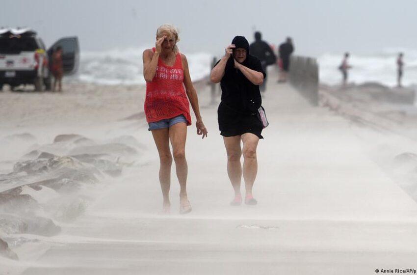 Nicholas se convierte en huracán frente a la costa de Texas