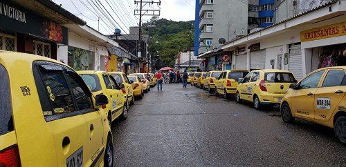 Taxistas protestaron frente a la Alcaldía exigiendo derogación del decreto que bajó el pico y placa a un dígito