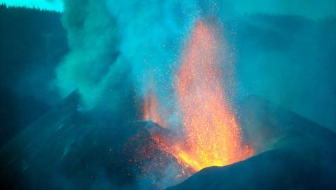 La lava de las coladas fluye lenta mientras sigue la actividad sísmica en La Palma