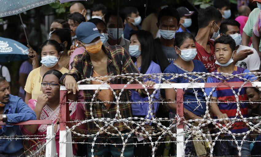 Centenares de opositores de la junta militar salen de las cárceles birmanas